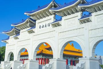 People walking through Arch of the Liberty Square at Chiang Kai-shek Memorial Hall in Taipei,Taiwan. Fototapete