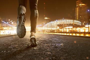 Jogging in nächtlicher Stadt