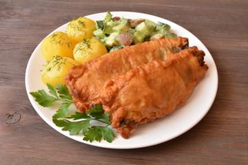 filet z ryby smażony z ziemniakami i surówką