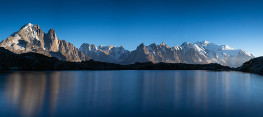 Fotomurales - Panorama of the Alps near Chamonix, with Aiguille Verte, Les Drus, Auguille du Midi and Mont Blanc, during sunset.