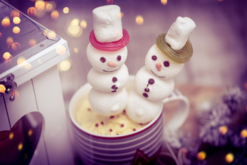 heisser weihnachtskakao mit schneemann marshmellow