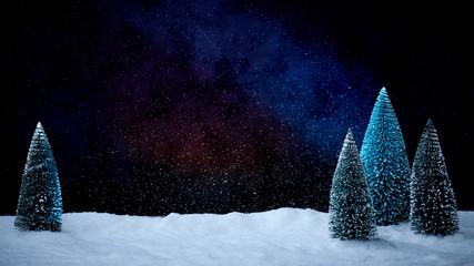 Verschneiter Weihnachtsbaum vor tiefblauem Hinterdrund mit Schnee