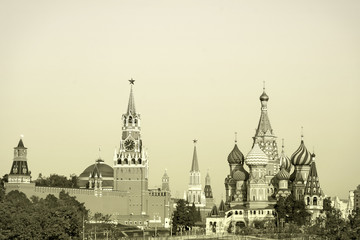 Papiers peints Edifice religieux View of the Moscow Kremlin and St. Basil's Cathedral, toned image