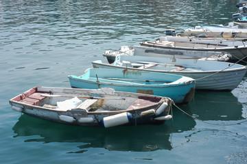 Gozzi in legno ormeggiati nella banchina del porto
