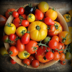 Fotobehang Kruidenierswinkel Wooden bowl with fresh vine ripened heirloom tomatoes from farmers market