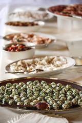 Door stickers Buffet, Bar Vassoi in serie con antipasti finger food