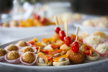 Deurstickers Buffet, Bar Piatto con antipasti finger food