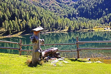Holzbrunnen am Bergsee