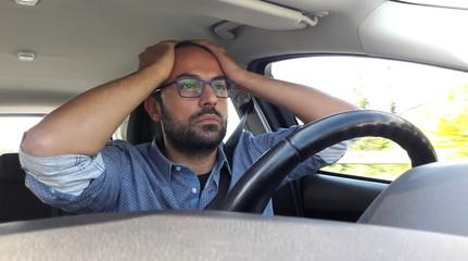 Uomo alla guida dell'auto - panico