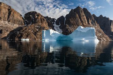 Photo sur Aluminium Arctique Arctic landscape with iceberg closeup