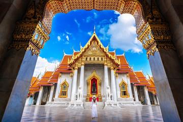 Poster Bangkok Women tourists at Wat Benchamabophit or the Marble Temple in Bangkok, Thailand.