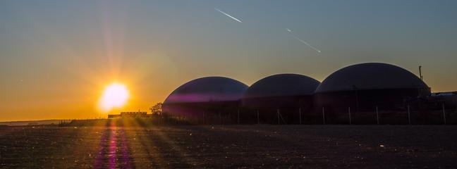 Biogasanlage im Sonnenuntergang