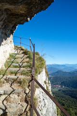 Camminamento sulle pareti del monte Campo dei Fiori di Varese