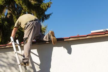 Arbeiter auf einer Leiter