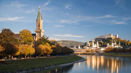 Salzburg in der Herbstabendsonne, Blick auf Christuskirche mit Makartsteg, Festung Hohensalzburg, Dom, Altstadt