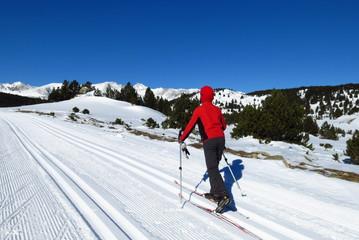 skieur de fond sur la neige dans les pyrénées l'hiver face au carlit