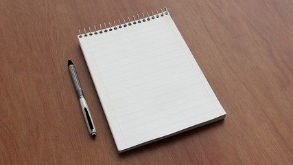 Notizblock mit Stift auf Schreibtisch