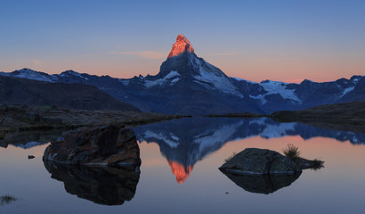 Photo sur Aluminium Reflexion The famous Matterhorn reflected in the Stellisee during sunrise. Zermatt, Switzerland.