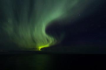 Das Polarlicht schwingt am Himmel