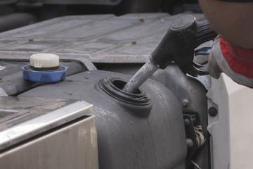 Ein LKW Tank wird befüllt