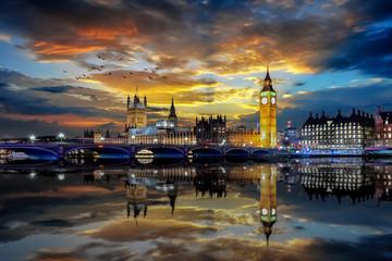Photo sur Plexiglas Londres Panorama des Bezirkes Westminster mit Big Ben und Parlamentsgebäude in London bei Sonnenuntergang
