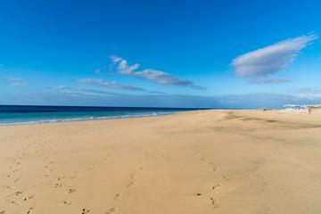 weiter menschenleerer Strand mit blauem Himmel
