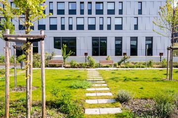 modernes Büro-Gebäude mit kleinem Park