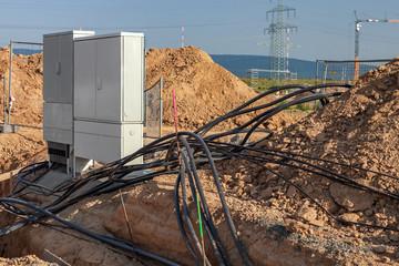Baustelle Verteiler mit Kabel in Erde