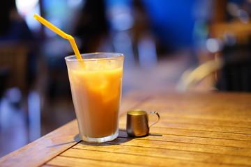 カフェで飲むミルクティー