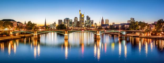 Frankfurt Skyline am Abend mit Ignatz-Bubis-Brücke, Hessen, Deutschland