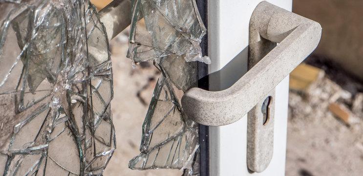 Kaputte Tür bei einem Einbruch