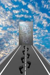 Straße mit Fußspuren führt zu einer Eisentür im Himmel. 3d Illustration