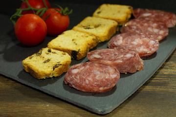 Tabla de embutido español con pan y tomate