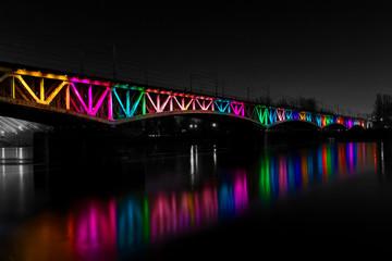 Oświetlony, kolorowy most średnicowy, Warszawa, Polska
