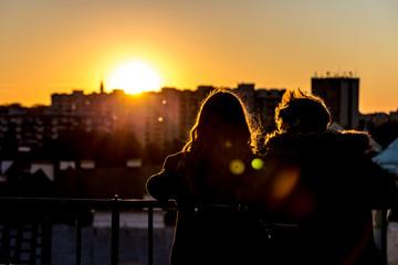 Para oglądająca zachód słońca z dzwonnicy kościoła św. Anny