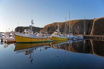 Fotorolgordijn Poort Fischerboote im Hafen von Stykkishólmur