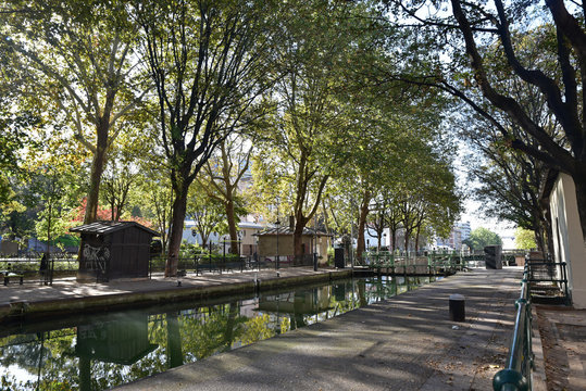 Canal Saint-Martin en automne à Paris, France