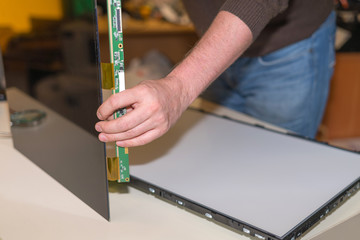 Replacing the screen in a modern LCD TV with LED backlight in the service center