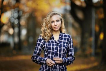 Obraz Portret kobiety w sukience - fototapety do salonu