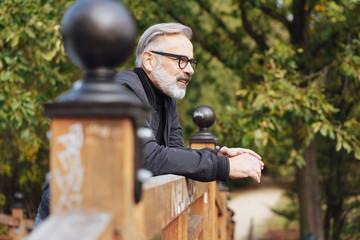 nachdenklicher mann steht im park