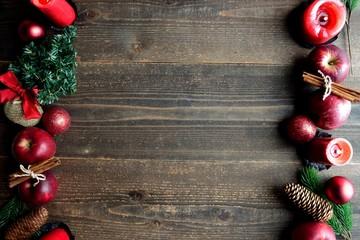 林檎とクリスマスツリーのフレーム 黒木材背景