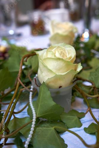 Tischdeko Hochzeit Weisse Rose Mit Perlen Stock Photo And Royalty