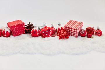 Frohe Weihnachten Banner mit Christbaumkugeln