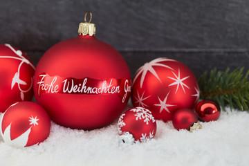 Frohe Weihnachten als Text auf Weihnachtskugel