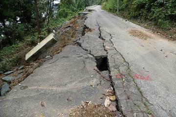 崩れた道路