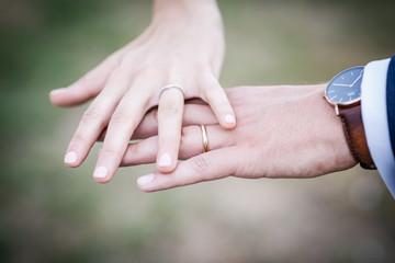 Mains avec alliances, mariage