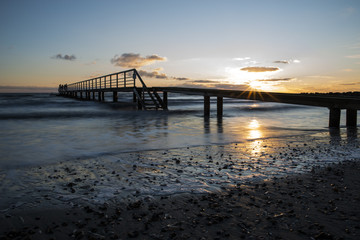 Steg vor Sonnenuntergang am Strand