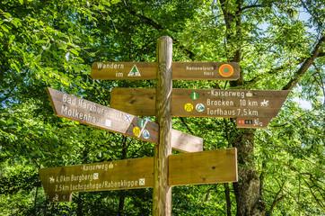 Wanderschilder am Teufelsstieg im Harz