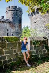 Femme devant le Château Dauphin à Pontgibaud