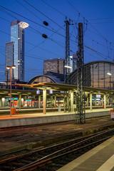 Hochhäuser hinter Bahnhof in Frankfurt